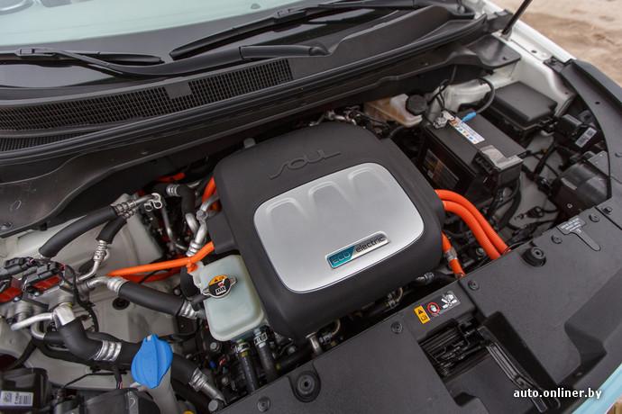 Kia Soul EV создавался на базе бензинового Soul и поэтому компоновка не отличается от привычной нам. Двигатель расположен в передней части машины и приводит в движение передние колеса