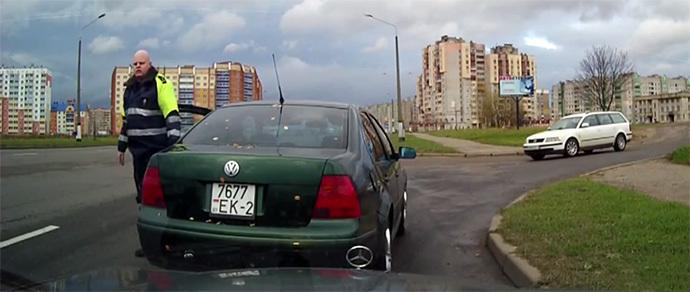 Автор видео: «Инспектору за рулем Volkswagen не понравилось, что его не пустили в полосу, и он пообещал лишение прав»
