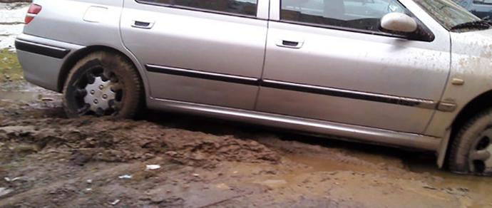 Теща погибла, пытаясь вытолкать из ямы Volkswagen зятя