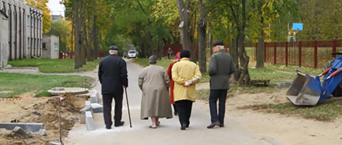 Гродно: пенсионеры стоят живым щитом, чтобы перекрыть сквозной проезд через их двор