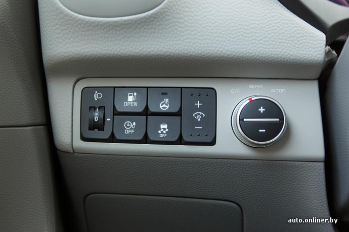 """Для того, чтобы открыть разъемы для зарядки нужно """"заглушить"""" машину, нажать клавишу открытия, открыть еще одну крышку на самом разъеме и вставить зарядное устройство. У Tesla, например, нужно просто поднести зарядное устройство, нажав на клавишу (прямо на устройстве) и вставить зарядку"""