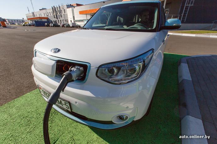Вместо привычной нам решетки радиатора, у Soul EV — разъемы для зарядки. Один для бытовой розетки, второй — для CHAdeMO, который поддерживают японские и корейские производители