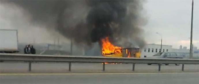 На МКАД микроавтобус загорелся в движении