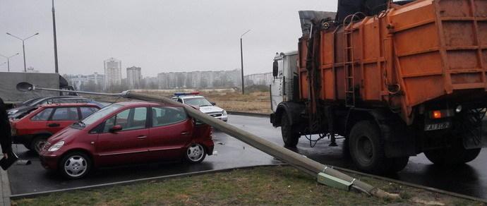 Гомель: мусоровоз зацепил бетонный столб, тот упал на припаркованные машины