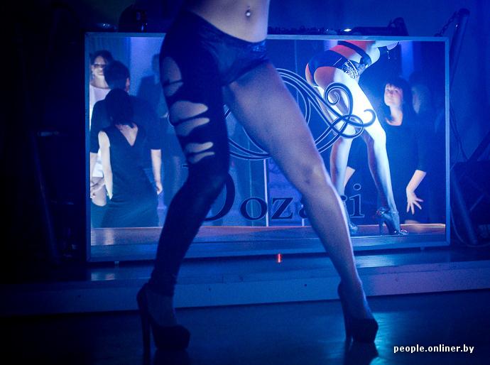 На танцполе юбками под