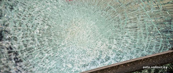 Могилев: нетрезвый парень разбил стекла в четырех машинах — ему грозит до трех лет тюрьмы
