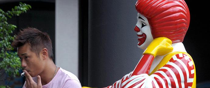 Роспотребнадзор не отпускает «МакДональдс»: ресторан оштрафован за отсутствие на входе в ресторан знака о запрете курения
