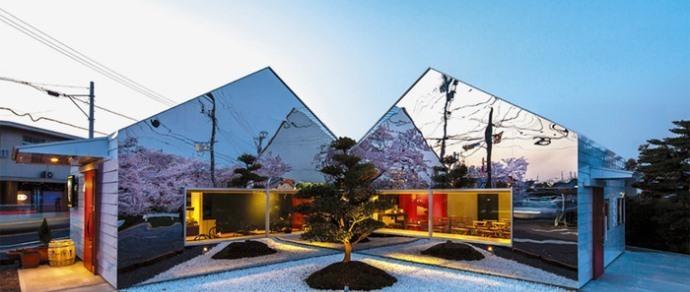 В Японии построили придорожное кафе с фасадом-зеркалом