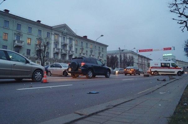 очевидцы: на проспекте независимости столкнулись спортивный nissan и mazda