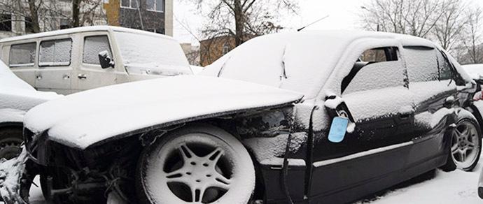 В нескольких метрах от сотрудников ГАИ пьяный водитель на угнанном BMW протаранил эвакуатор