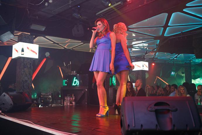 Девушки топлесс на сцене видео фото 349-525