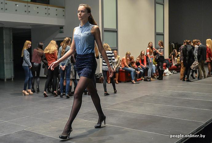Девушка с красивой попкой ходит по подиуму обнаженных российских звезд