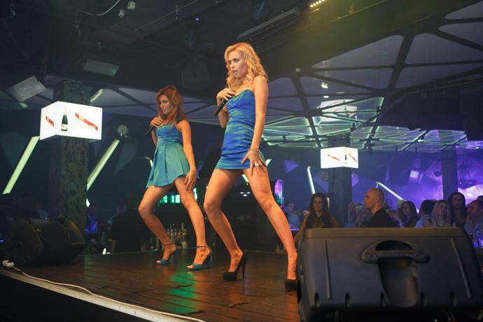 Девушки топлесс на сцене видео фото 349-578