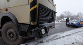 Минск: грузовик в неуправляемом заносе врезался в автомобиль такси
