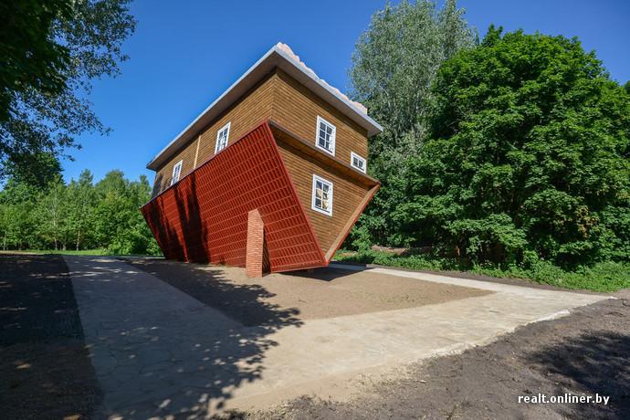 Ведь дом не просто перевернут, а еще и наклонен.  Пребывание в его стенах превращается...