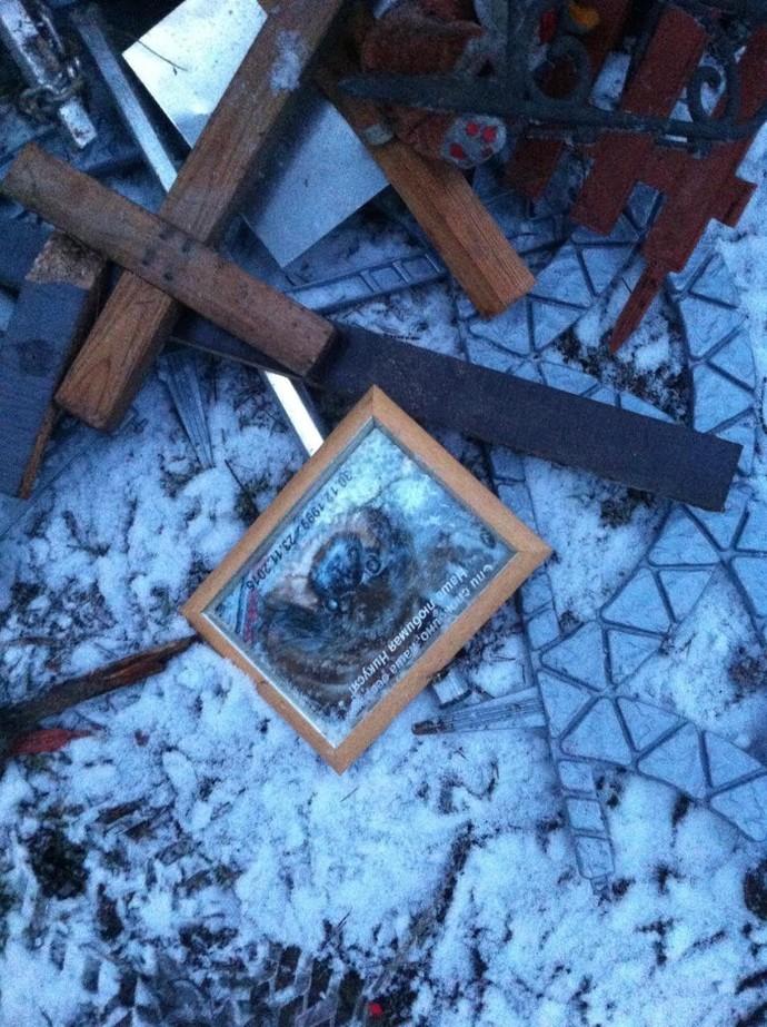 Минчанин: стихийное кладбище для животных в Уручье разрушают? Во время пробежки наткнулся на свалку оградок и табличек - ECOGRAD