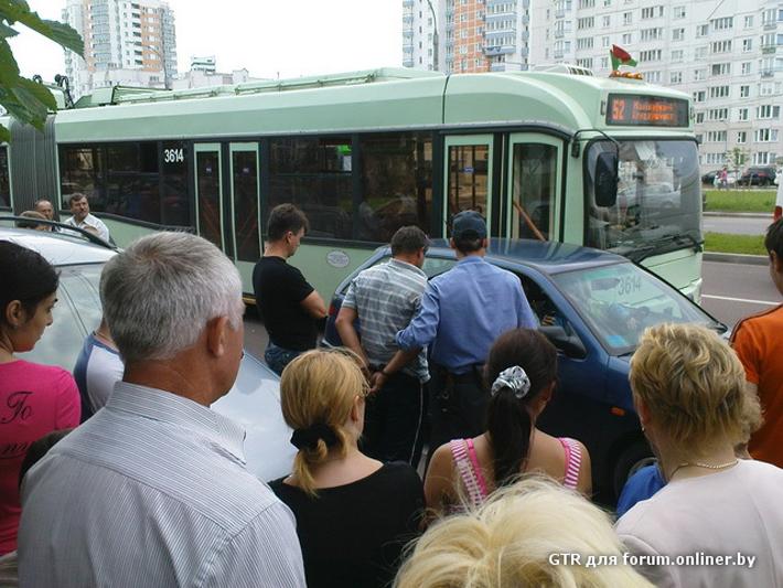 ГАИ: водитель Seat полкилометра вез жену на капоте