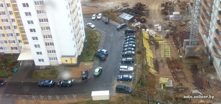 Минск: как появилась нетипичная парковка возле типового дома?