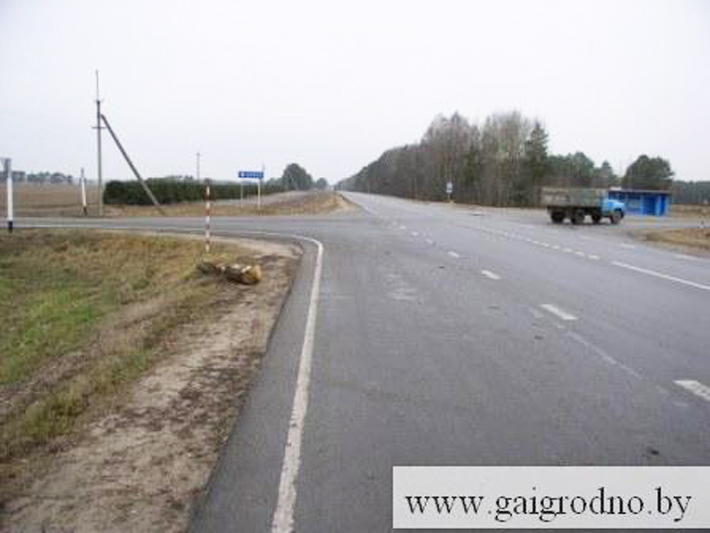 Мостовский район: с лесовоза на пешехода упало бревно
