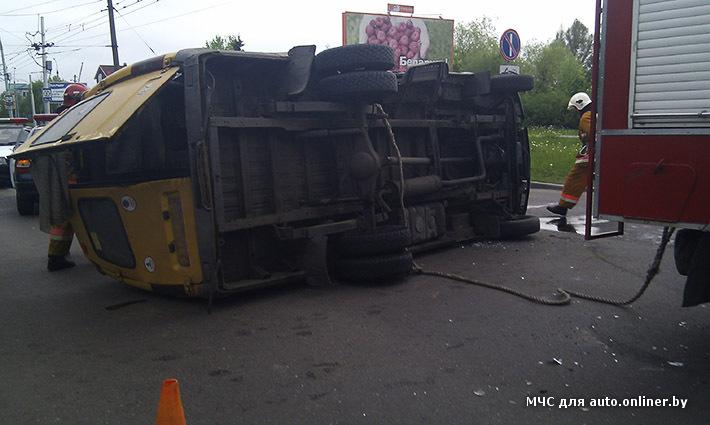 Сегодня утром на Партизанском проспекте Бреста перевернулось маршрутное такси.  В нем находились шестеро пассажиров.