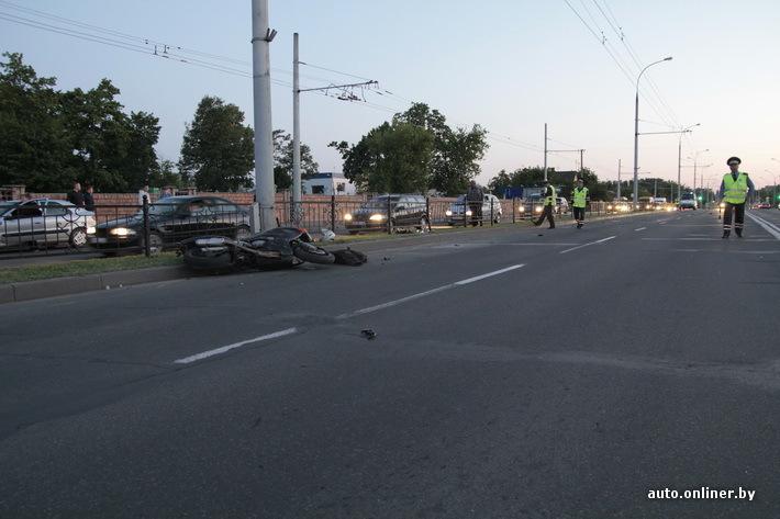 Фото аварии с участием байкера и пешехода у Тришинского кладбища на ул. Московской