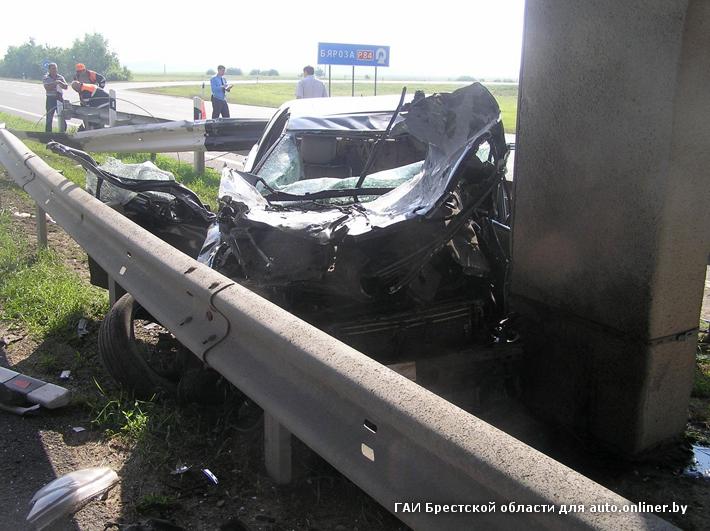 В Березовском районе Mercedes врезался в опору путепровода