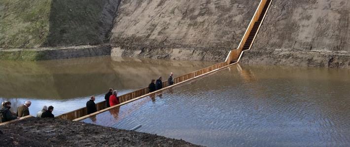Голландцы построили мост ниже уровня воды