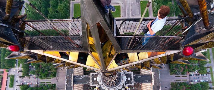 Фотофакты. Самый известный руфер СНГ Раскалов забрался на звезду главного корпуса МГУ