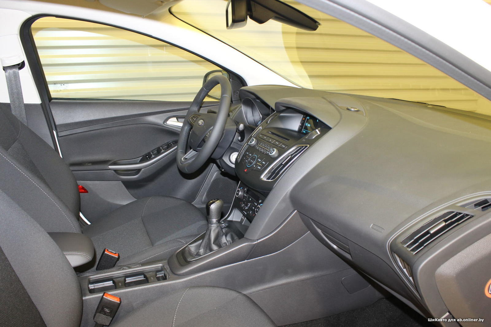 Ford Focus WHITE&BLACK SEDAN MT
