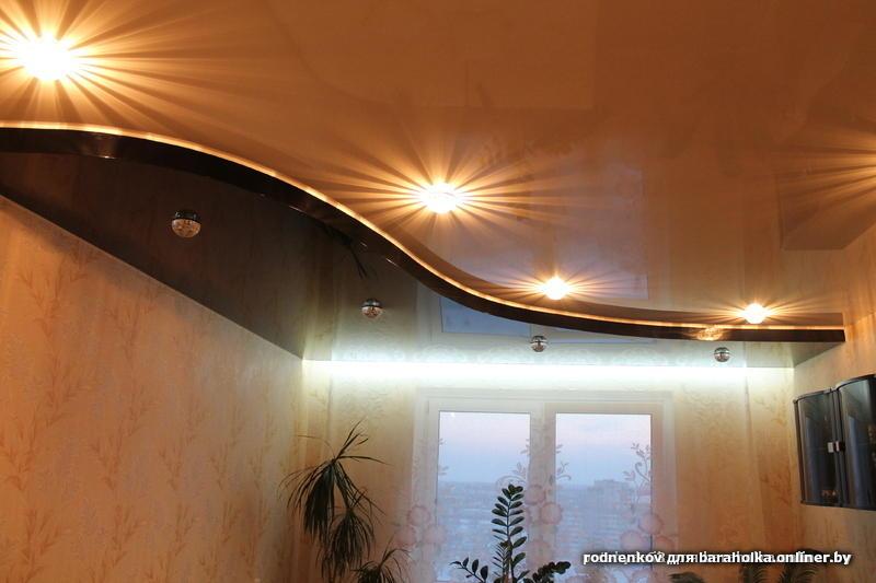 Натяжной потолок в угловой комнате