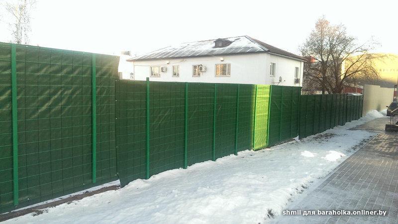 Забор из строительной сетки фото