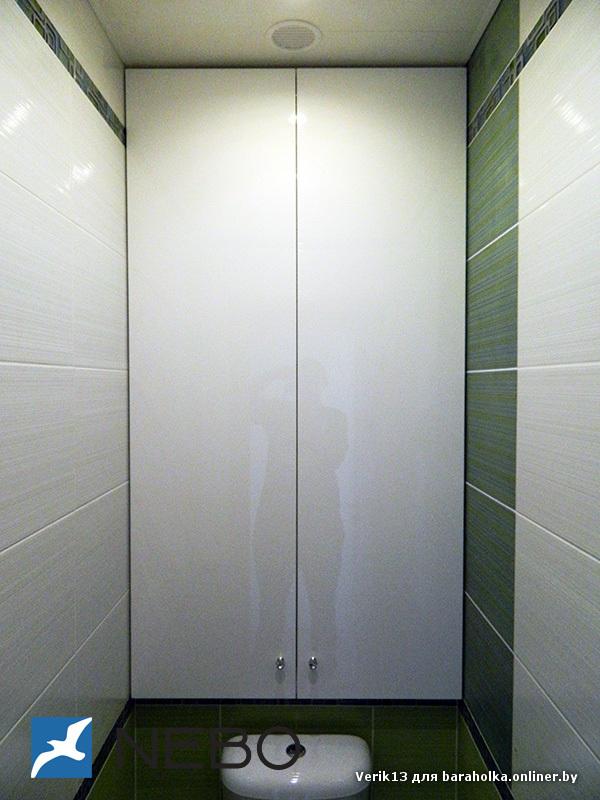 Встроенный шкаф в туалете над унитазом фото