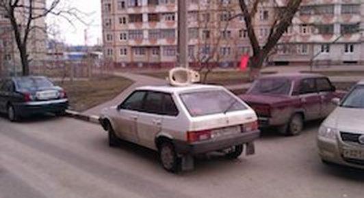 Автомобилист: лучше подпереть других, чем припарковаться на тротуаре или газоне