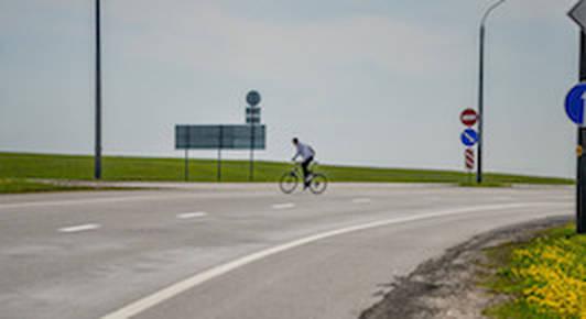 Мнение: велосипедистов можно пустить на дорогу, но пусть платят налог
