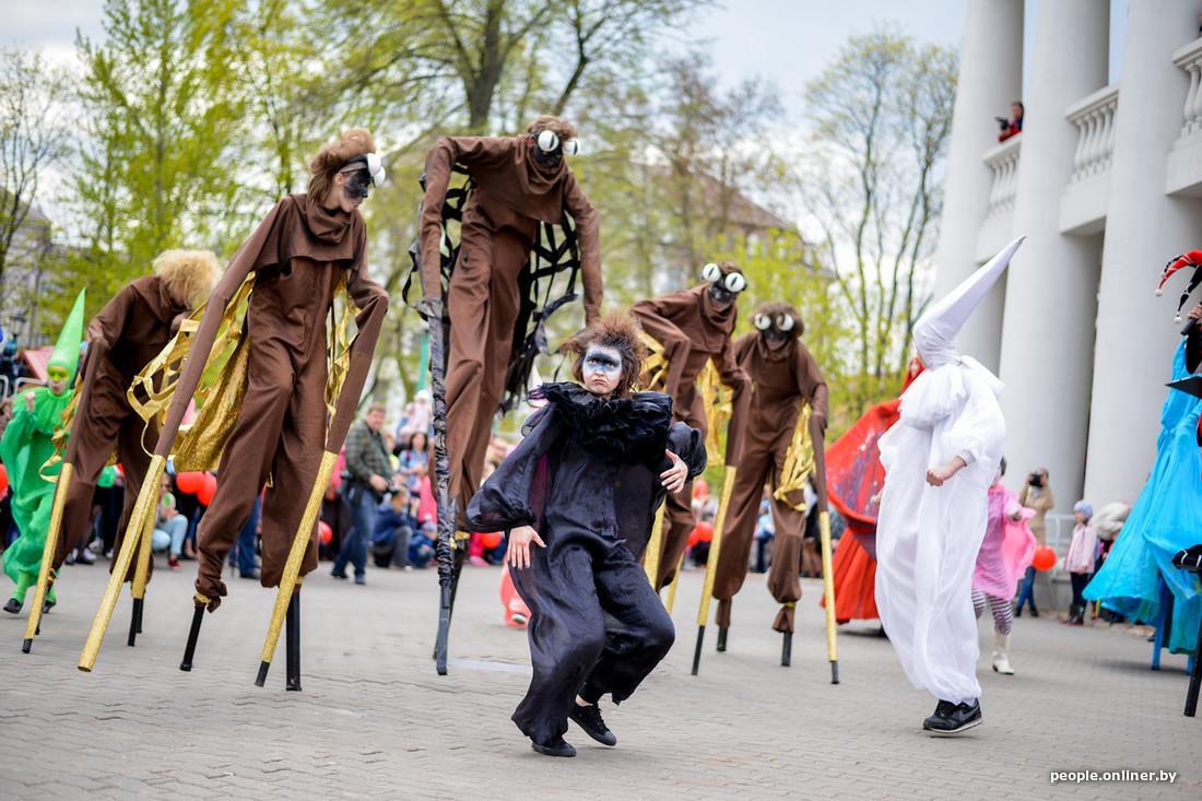 Artistes aux échasses au Festival international des théâtres de la rue à Minsk Bélarus