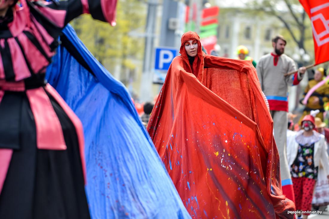 Théâtre aux échasses au Festival international des théâtres de la rue à Minsk Bélarus