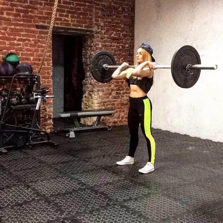 голая девушка занимается активным спортом видео