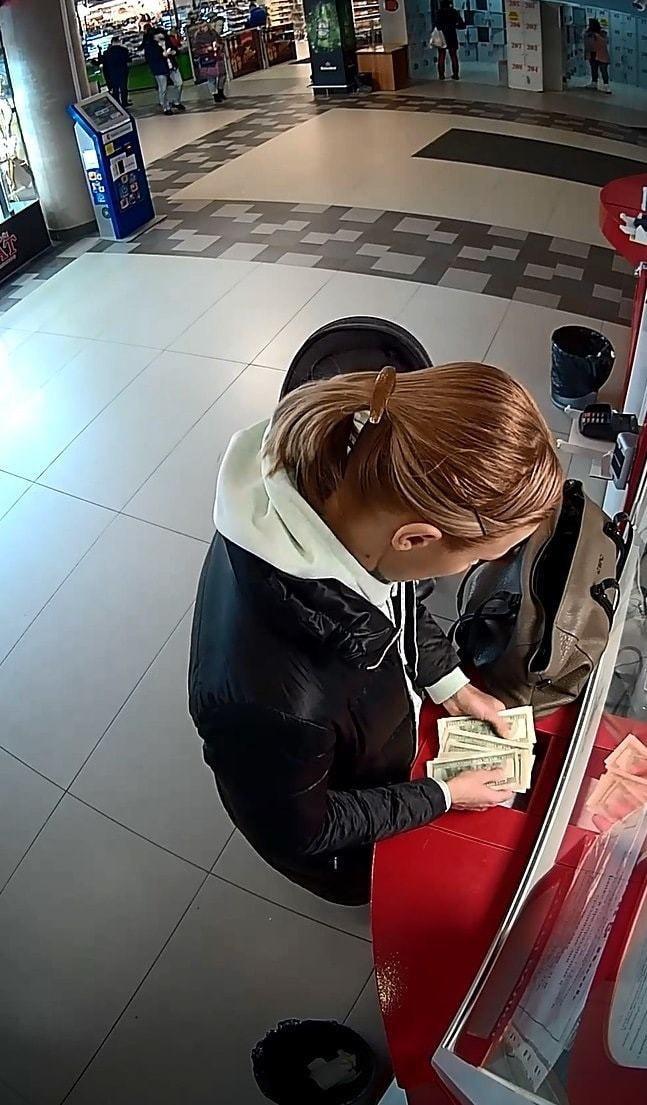 Не довольная клиентка заставила работника целовать ноги видео