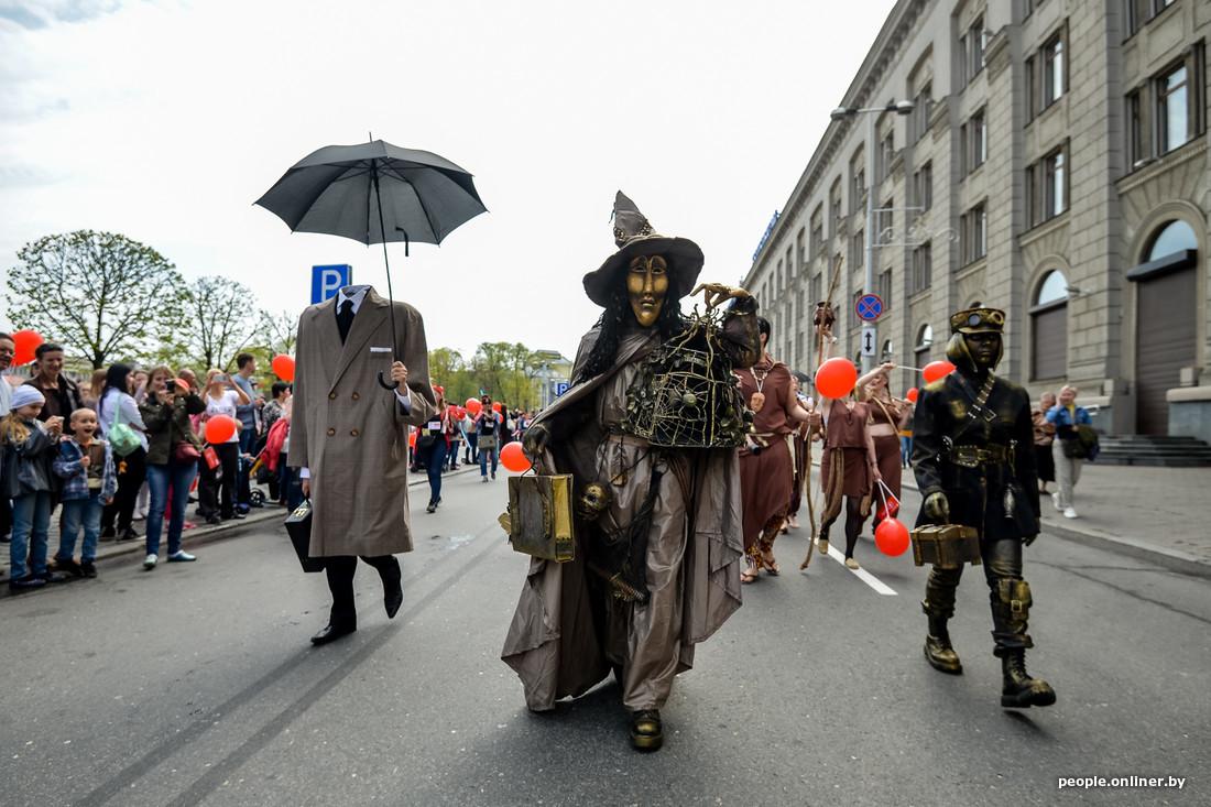 Anges et démons au Festival international des théâtres de la rue à Minsk Bélarus
