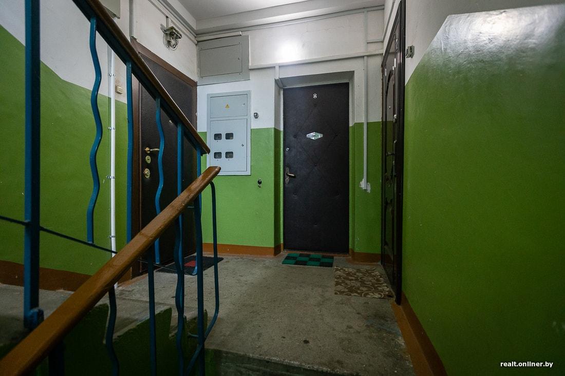 как вам такая дверь в подъезде минской пятиэтажки
