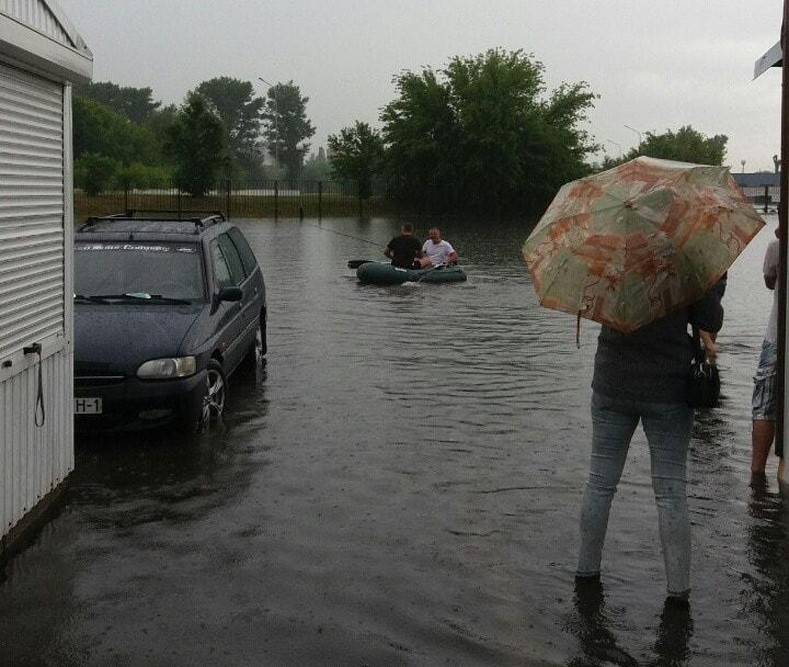 Ливень подтопил улицы в Пинске. Люди на лодках плавали по улицам