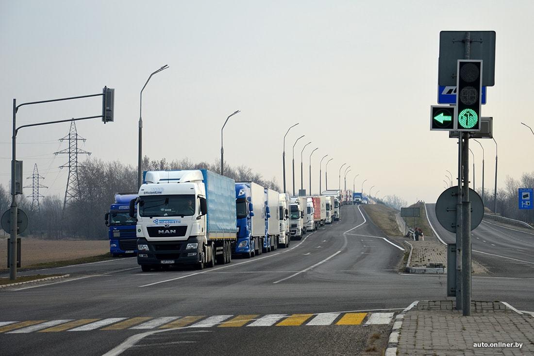На границе Беларуси и Польши выросли многокилометровые очереди из фур
