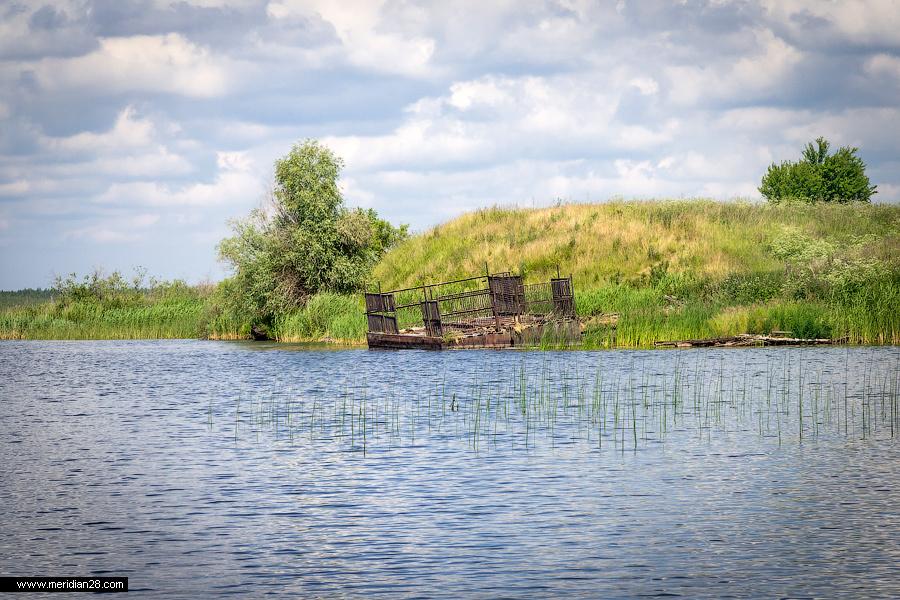 Île avec un village désert au lac Osveïskoye Bélarus