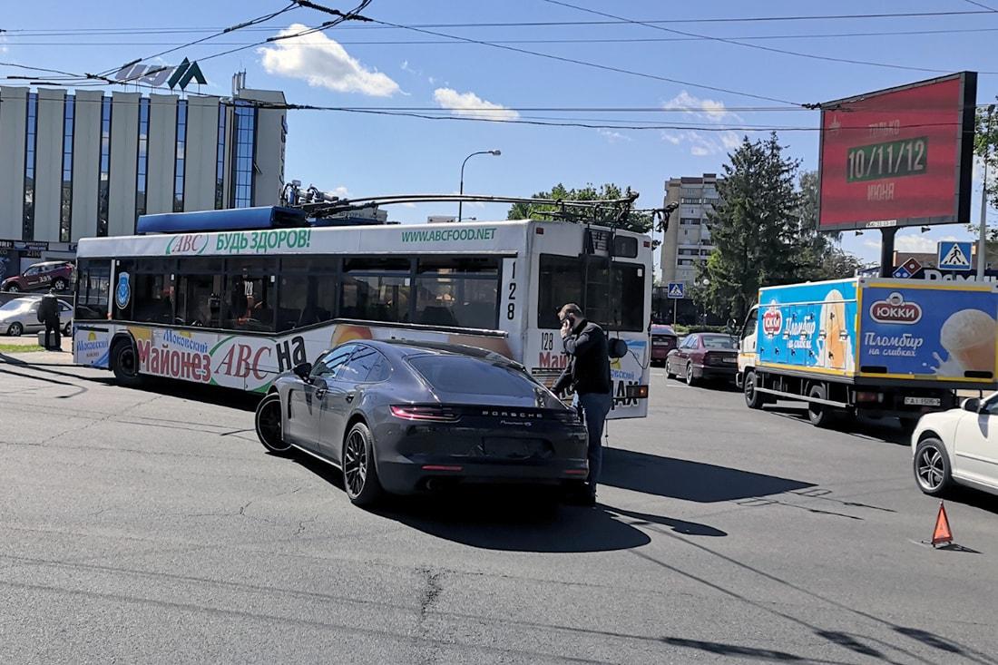 Водителя троллейбуса оштрафовали за столкновение с Porsche Panamera: она не признает вину, но, похоже, у нее мало шансов