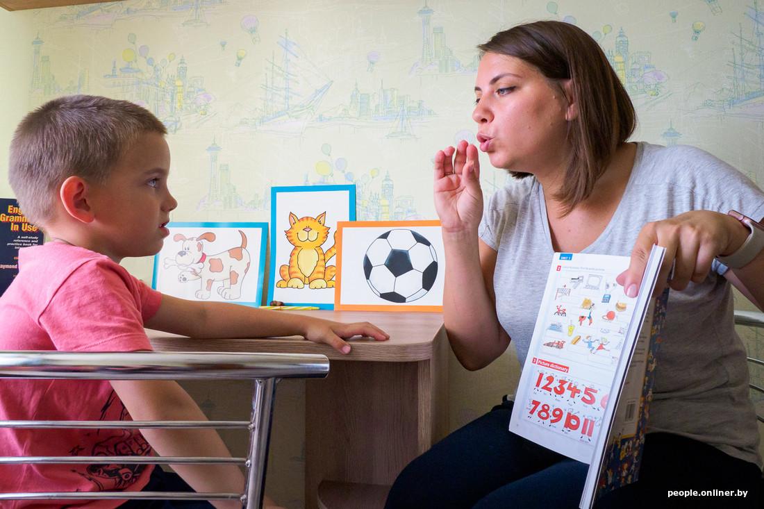 Ученик дает защику учителю