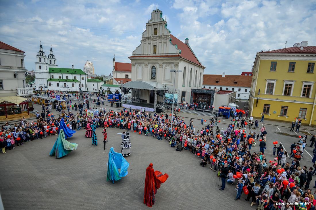 Haute ville Place Svobody Festival international des théâtres de la rue à Minsk Bélarus