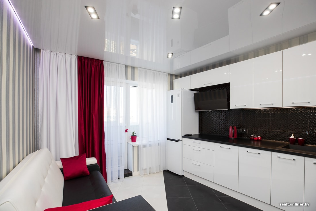 Натяжной потолок с подсветкой и двойными светильниками