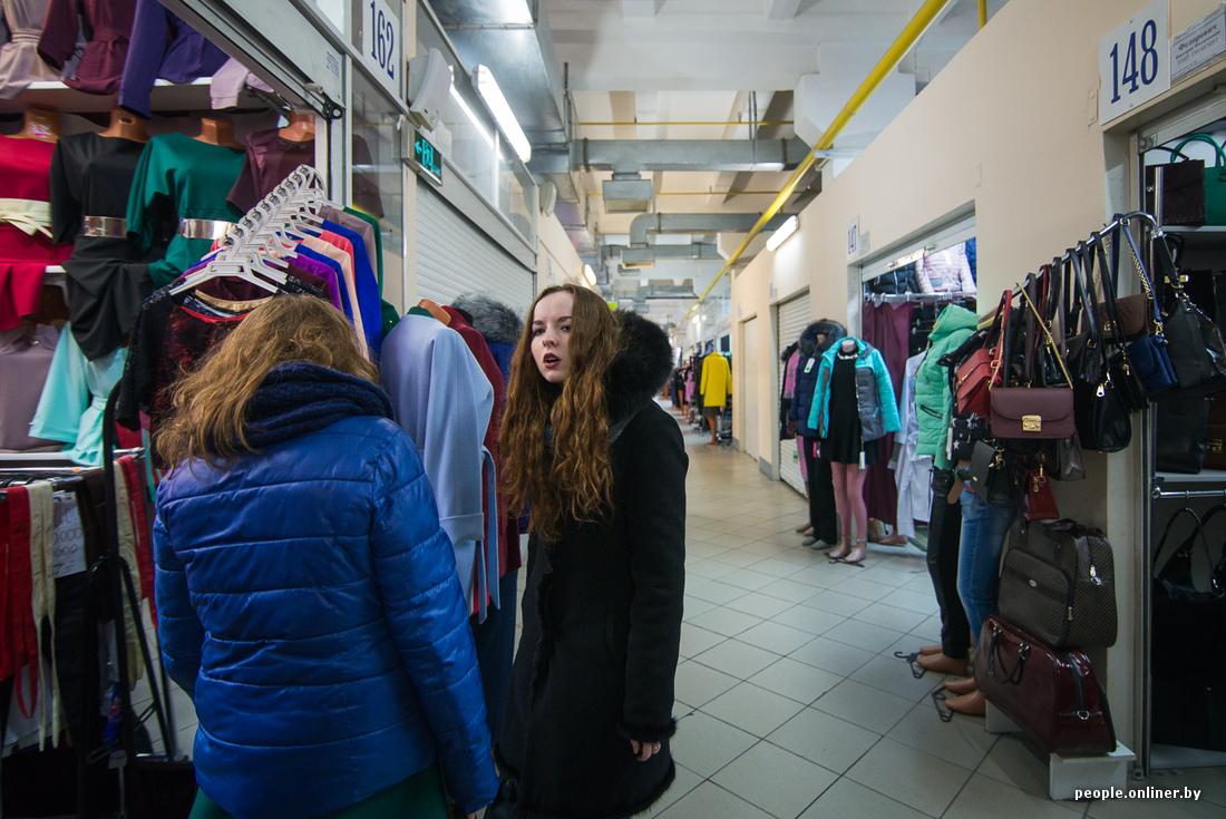 Девушка на рынку меряет трусики фото 696-901
