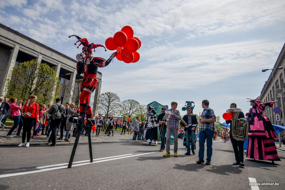 Défilé des artistes Festival international des théâtres de la rue à Minsk Bélarus