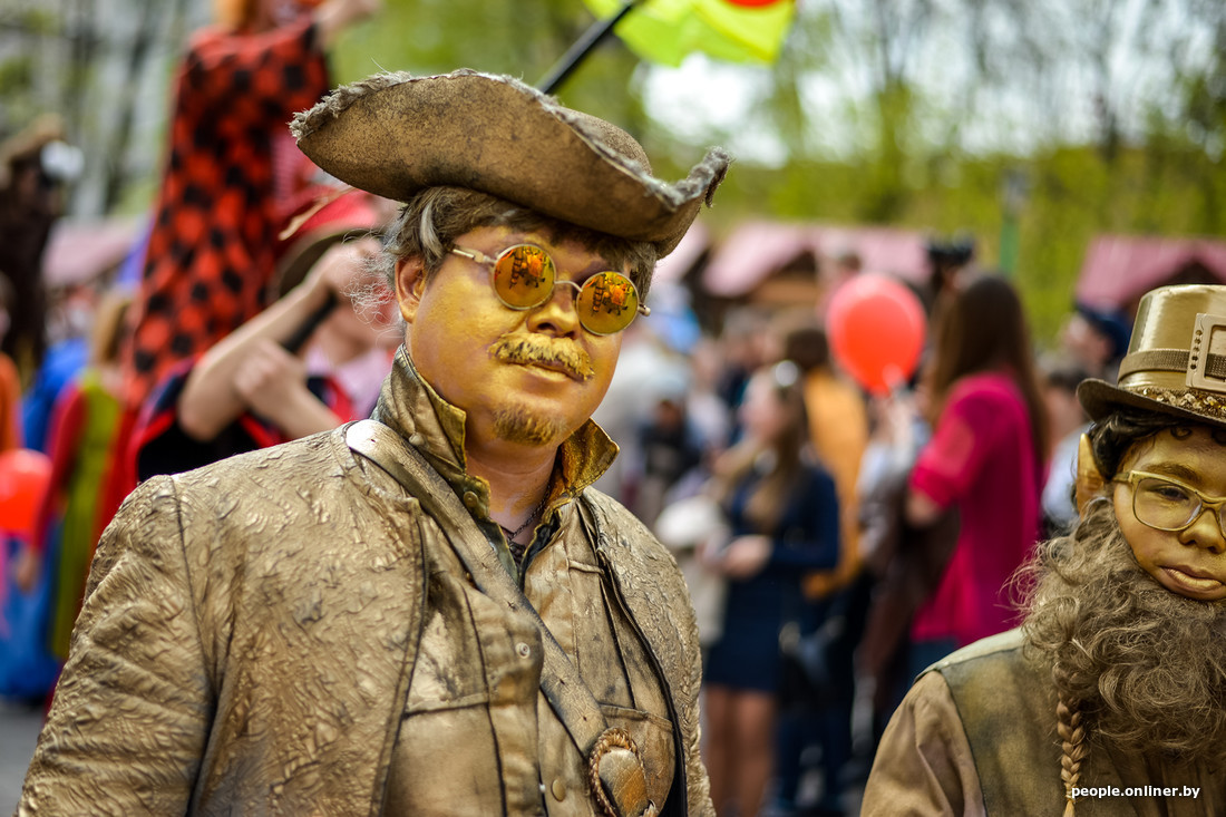 Figures vivantes au Festival international des théâtres de la rue à Minsk Bélarus
